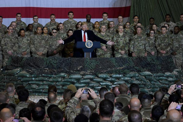 Dalam foto yang diambil pada 28 November 2019, Presiden Amerika Serikat (AS) Donald Trump berbicara kepada pasukan AS di Pangkalan Udara Bagram Afghanistan sebagai kunjungan dadakan di Hari Thanksgiving.