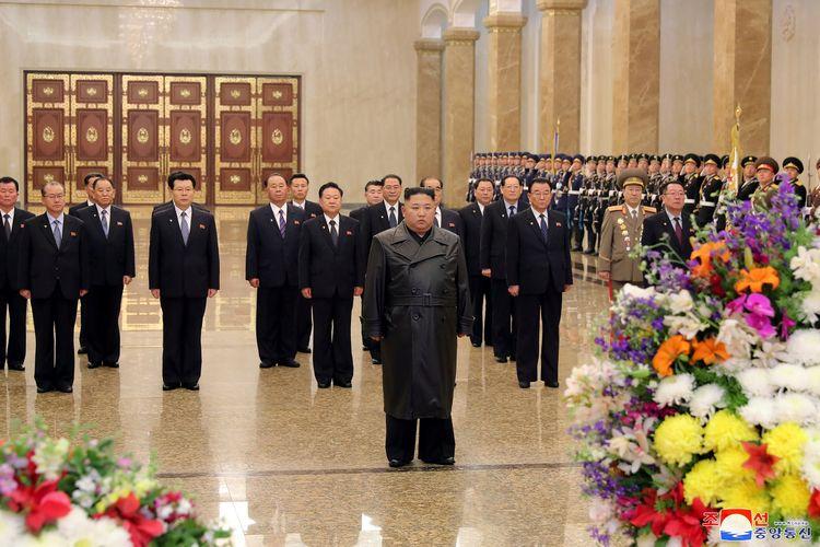 Pemimpin Korea Utara Kim Jong Un memperingati hari kelahiran mendiang ayah sekaligus pendahulunya, Kim Jong Il, di Istana Matahari Kumsusan, dalam foto yang dirilis KCNA pada 16 Februari 2020.
