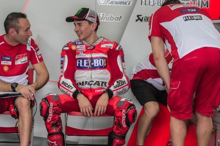 Pebalap Ducati Team asal Spanyol, Jorge Lorenzo (dua dari kiri), berbicara dengan anggota krunya pada hari kedua tes pramusim MotoGP 2017 di Sirkuit Sepang, Malaysia, Selasa (31/1/2017).