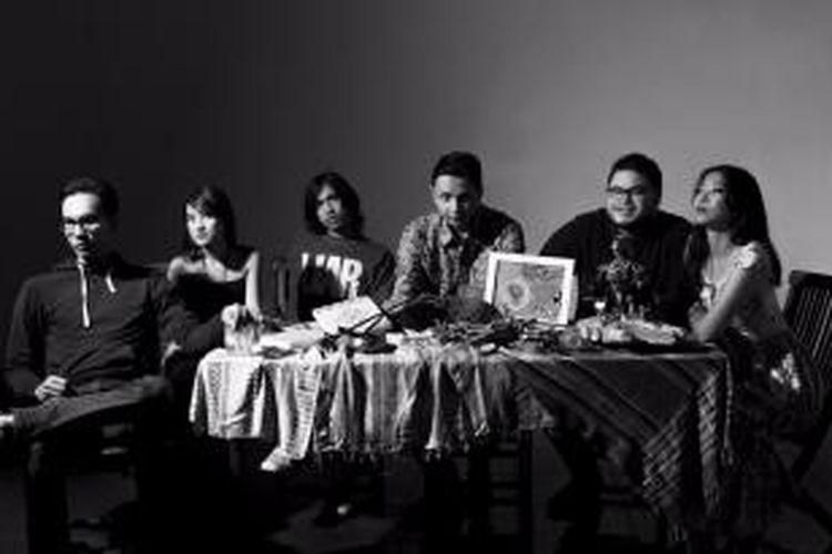 Barasuara terdiri dari (kiri-kanan) Marco Steffiano (drum), Asterika (vokal), Gerald Situmorang (bas), Iga Massardi (vokal, gitar), TJ Kusuma (gitar), dan Puti Chitara (vokal).
