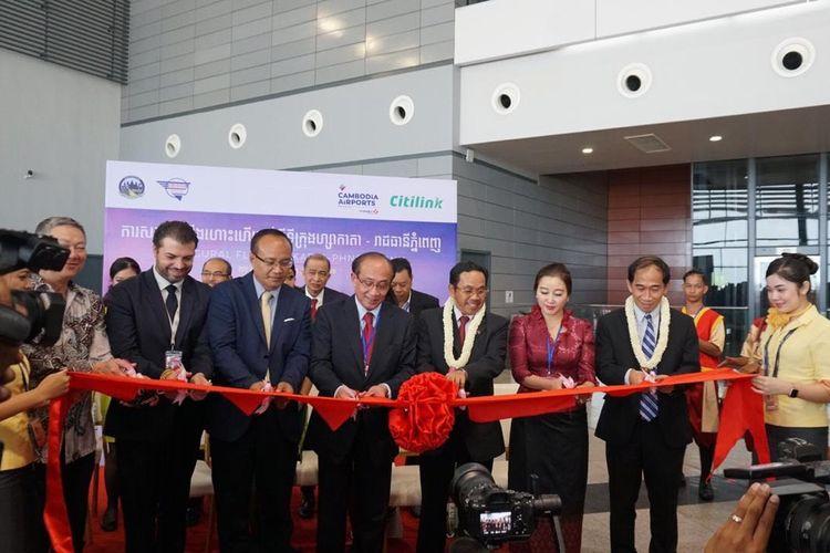 Dubes RI untuk Kamboja, Sudirman Haseng; VP Corporate Strategy Citilink Indonesia, Heriyanto, dan jajaran otoritas Bandara Internasional Phnom Penh dalam peresmian rute baru Jakart-Phnom Penh, Jumat (21/6/2019).