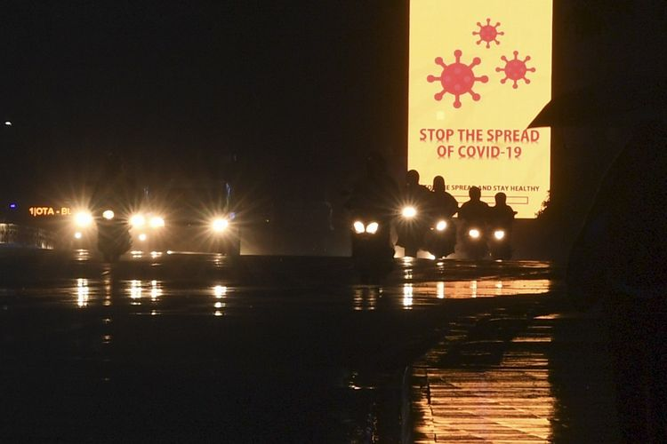 Pengendara melintasi papan himbauan terkait virus corona atau COVID-19 di Jalan Sudirman Jakarta, Senin (30/3/2020). Presiden meminta penerapan  pembatasan sosial berskala besar, physical distancing dilakukan lebih tegas, lebih disiplin dan lebih efektif untuk menekan penyebaran COVID-19. ANTARA FOTO/Wahyu Putro A/foc.