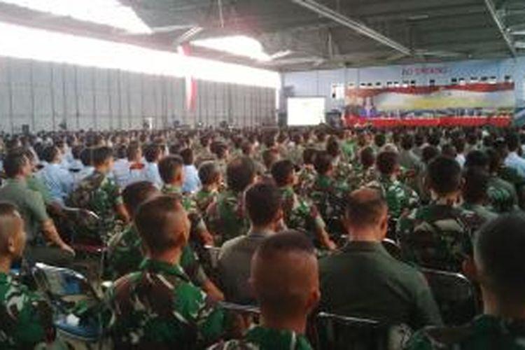 Ratusan prajurit TNI AD, AU dan AL yang sedang mengikuti pengarahan Panglima TNI Jendral Moeldoko di Lanud Husein Sastranegara, Bandung, Jawa Barat, Selasa, (9/6/2015).
