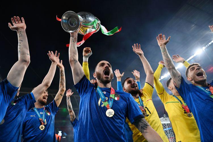 LONDON, INGGRIS - 11 JULI: Leonardo Bonucci, mengangkat trofi juara Henri Delaunay selepas meraih kemenangan dalam laga final Euro 2020 antara Italia vs Inggris di Stadion Wembley, 11 Juli 2021.