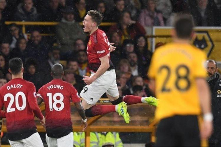 Gelandang Manchester United, Scott McTominay (tengah) meluapkan kegembiraannya setelah mencetak gol pembuka pada pertandingan Liga Inggris antara Wolverhampton Wanderers vs Manchester United di Stadion Molineux, Wolverhampton, pada Selasa (2/4/2019).