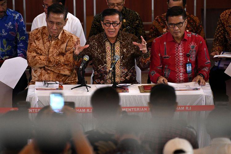 Menteri Hukum dan HAM Yasonna Laoly (tengah) memberikan keterangan pers di Jakarta, Jumat (20/9/2019). Yasonna memberikan penjelasan terkait penundaan pengesahan revisi Kitab Undang-Undang Hukum Pidana (KUHP) dan menanggapi Revisi UU Pemasyarakatan.  ANTARA FOTO/Aditya Pradana Putra/pd.
