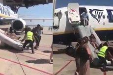 Video Kepanikan Penumpang Pesawat Berhamburan Keluar Gara-gara Ponsel Meledak