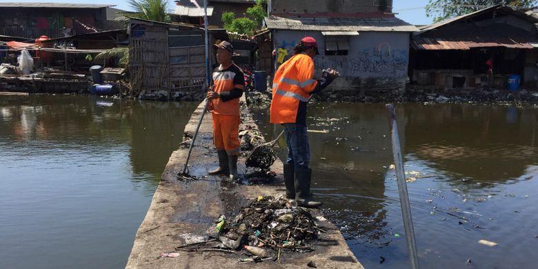 Kondisi Kampung Apung atau Kampung Teko di Kelurahan Kapuk, Kecamatan Cengkareng, Jakarta Barat usai dibersihkan oleh Pasukan Oranye, Senin (28/8/2017). Untuk pertama kalinya kawasan ini bersih dari daratan sampah dan eceng gondok yang sudah berada di sana selama belasan tahun terakhir.