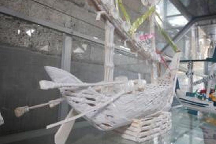 Kapal Pinsihi yang terbuat dari tulang ikan pari buatan Suhada Warga Dusun Krajan Desa Kembiritan Kecamatan Genteng