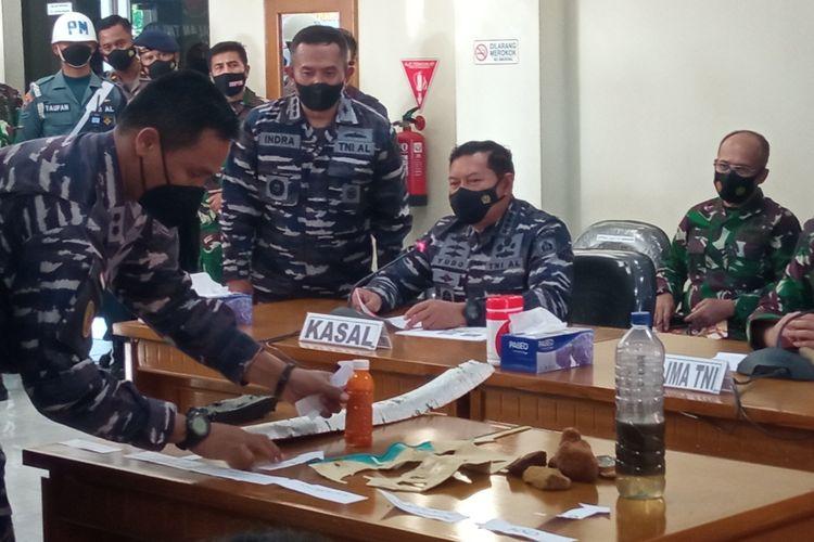 TNI AL menunjukan bukti serpihan KRI Nanggala-402 di Base Ops Lanud I Gusti Ngurah Rai, Bali.