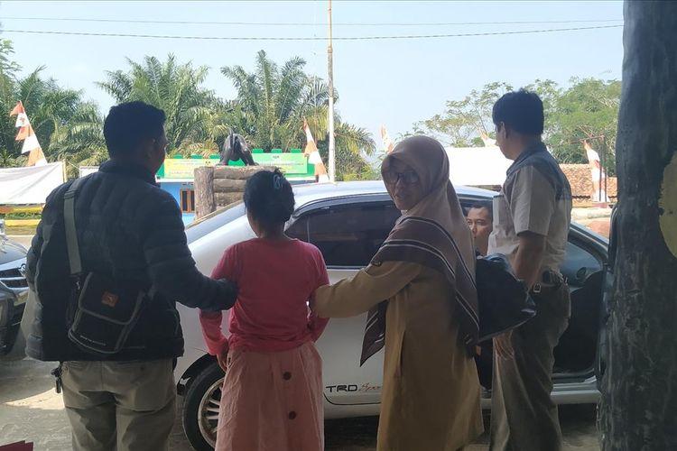 Diduga pelaku Am (kiri kedua) didampingi petugas Polsek Cikidangb akan dibawa ke RSUD Sekarwangi, Cibadak, Sukabumi, Jawa Barat, Senin (15/7/2019).