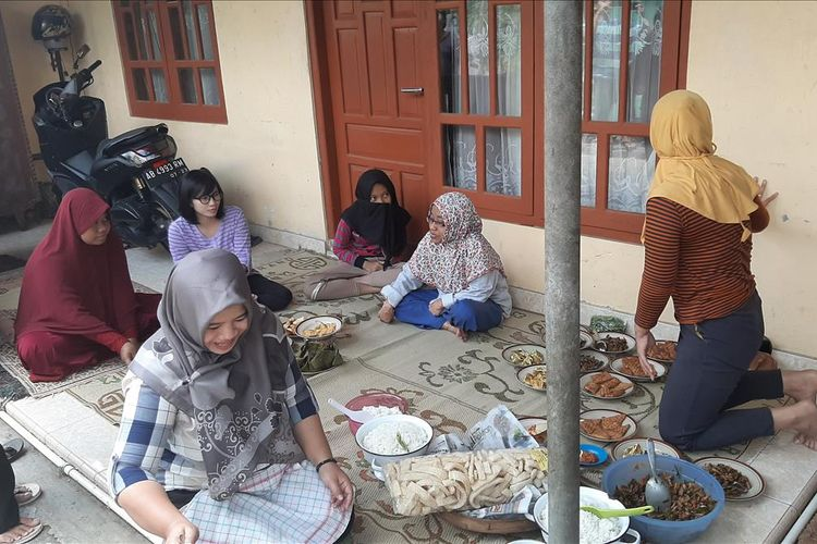 Ibu-ibu RT 02 Dusun Jeruksari Desa Wonosari, Kecamatan Wonosari, Gunungkidul, Saling Membantu Untuk Memasak saat Penyembelihan Hewan Kurban si Mushala Al Haadi