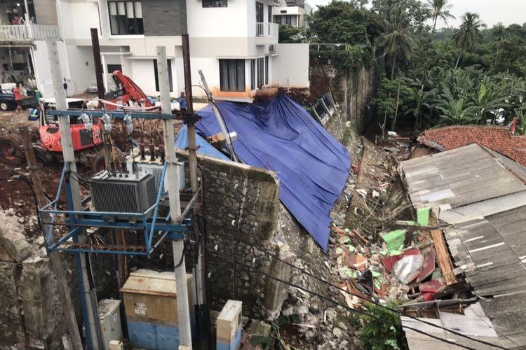 Turap milik Perumahan Melati Residence longsor dan menimpa sejumlah rumah warga Jalan Damai 2 RT 04/RW 012, Ciganjur, Jagakarsa, Jakarta.