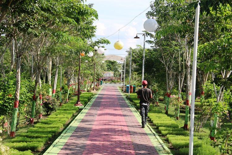 Taman Bunga Rozeline dibangun di dekat Kantor Bupati Penajam Paser Utara dan bisa dikunjungi oleh pengunjung tanpa dipungut biaya.