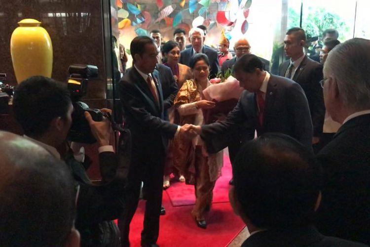 Presiden Joko Widodo dan Ibu Negara Iriana Jokowi, Selasa (13/11/2018) siang, saat tiba di Hotel Conrad Singapura. Di Singapura sendiri, Presiden akan mennghadiri KTT ke-33 ASEAN.
