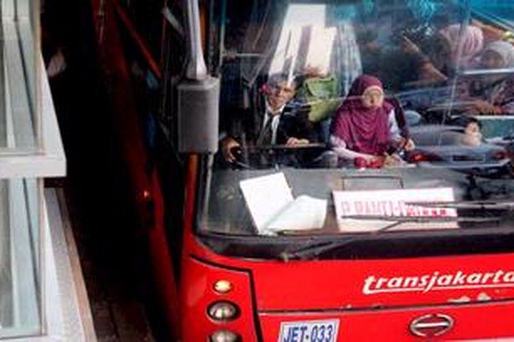 Pengemudi (pramudi atau sopir bus TransJakarta melintas di Jalan Gatot Soebroto, Jakarta, Selasa (30/4/2013). Pemprov DKI menyerukan kepada jasa operator bus Transjakarta untuk menyetarakan gaji pramudi bus yang saat ini terjadi ketimpangan antara satu koridor dengan koridor yang lain. Variasi gaji pramudi bus TransJakarta saat ini antara Rp 1,6 juta hingga Rp 4,5 juta tergantung kebijakan masing-masing operator.