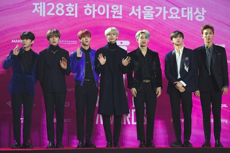 Boyband asal Korea Selatan Monsta X berpose di karpet merah Seoul Music Awards ke-29 di Seoul, pada 15 Januari 2019.