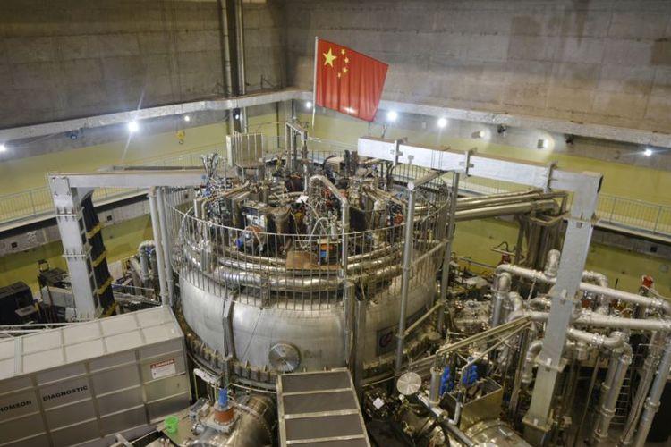 Bendera China terpasang di sebuah reaktor nuklir di Hefei, Provinsi Anhui, China, 14 November 2018.