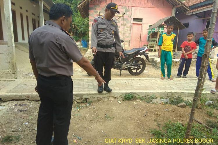 Pihak Kepolisian melakukan pengecekan terhadap korban yang diserang monyet liar di Kampung Garisul, Desa Kalongsawah, Kecamatan Jasinga, Bogor, Jawa Barat, Rabu (18/9/2019).