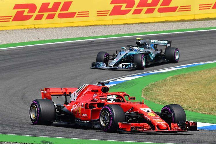Pebalap Ferrari Sebastian Vettel (depan) memacu mobilnya di depan pebalap Mercedes Valtteri Bottas saat menjalani balapan Formula 1 (F1) GP Jerman yang berlangsung di Hockenheimring, Hockenheim, Jerman, Minggu (22/7/2018). Kemenangan diraih pebalap Mercedes Lewis Hamilton secara dramatis setelah mengawali balapan dari urutan ke-14.