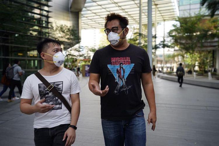 Pemandangan warga Singapura memakai masker menjadi hal yang biasa di tengah mewabahnya virus corona. Terlihat dua orang profesional pria memakai masker di University Town, National University of Singapore (NUS), Februari 2020