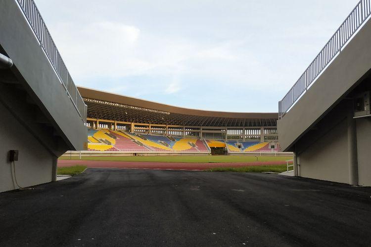 Jalur masuk ke dalam stadion Manahan, Solo, Jawa Tengah. Tampak lapangan dan bangku penonton dengan paduan warna-warni bermotif batik kawung. Gambar diambil pada 16 Februari 2020.