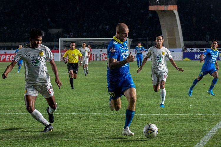 Penyerang Persib Bandung, Kevin van Kippersluis (biru), berduel dengan pemain belakang Persela Lamongan (putih). Saat kedua tim bertemu pada pekan ke-30 Liga 1 2019, di Stadion Si Jalak Harupat, Selasa (3/12/2019).