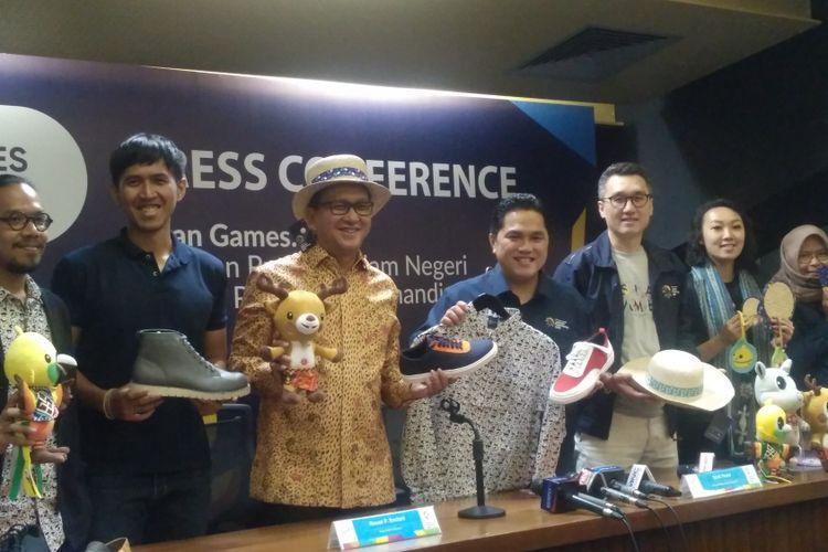 Panitia Asian Games dan partner memamerkan merchandise khas Asian Games 2018, Rabu (30/5/2018).