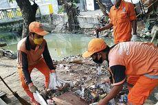 Antisipasi Banjir, Puluhan Petugas PPSU Bersihkan Empat Saluran Air di Pademangan
