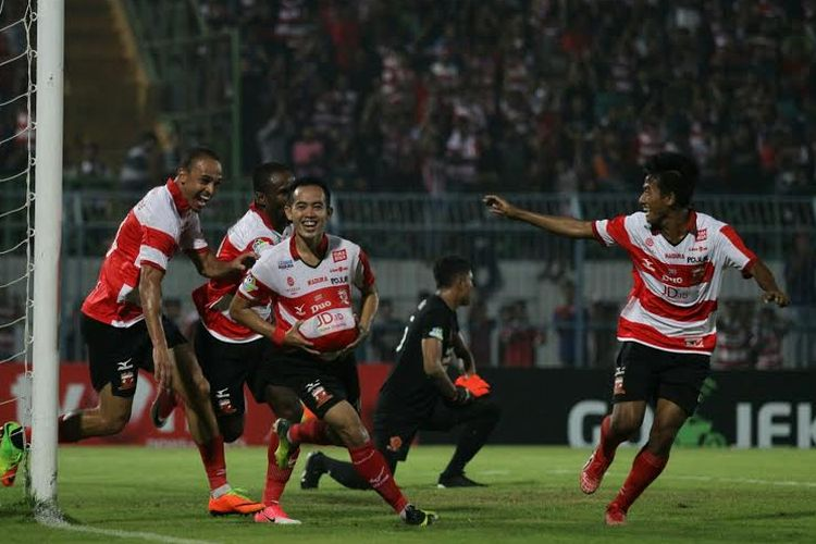 Slamet Nurcahyo merayakan gol Madura United ke gawang PS TNI pada pertandingan di Gelora Bangkalan, Jumat (19/5/2017).