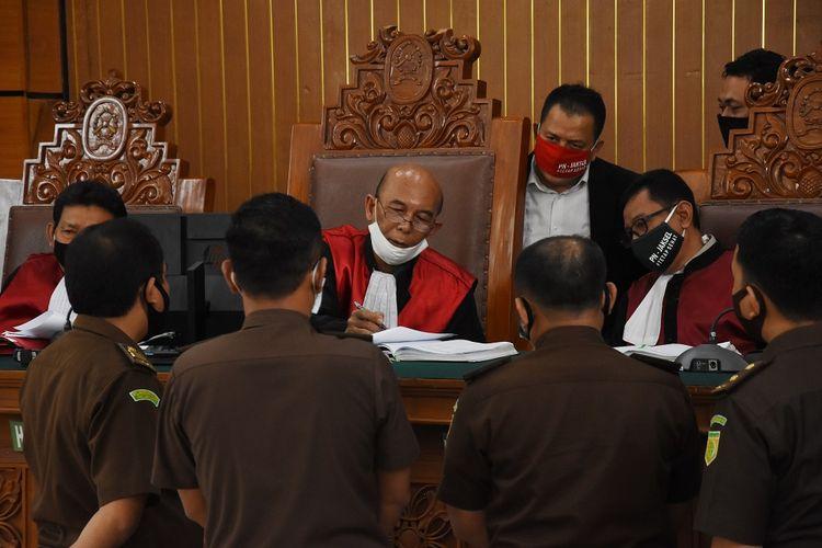 Ketua Majelis Hakim Nazar Effriandi (tengah) memimpin  sidang lanjutan permohonan Peninjauan Kembali (PK) yang diajukan oleh buronan kasus korupsi pengalihan hak tagih (cessie) Bank Bali, Djoko Tjandra, di Pengadilan Negeri Jakarta Selatan, Jakarta, Senin (27/7/2020). Sidang itu beragenda mendengarkan pendapat Jaksa Penuntut Umum (JPU) atas permohonan PK yang diajukan Djoko Tjandra. ANTARA FOTO/Indrianto Eko Suwarso/pras.