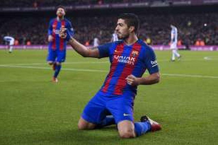 Penyerang FC Barcelona, Luis Suarez, melakukan selebrasi seusai membobol gawang Espanyol, dalam laga La Liga di Stadion Camp Nou, Minggu (18/12/2016).