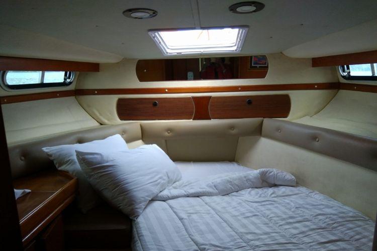 Ruang tidur di kapal yacht milik Plataran Komodo Resort & Spa.
