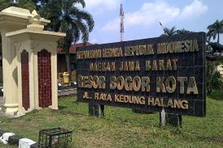 Pemilihan Walikota Bogor hari ini diselenggarakan di seluruh penjuru kota Bogor.Pengawalan keamanan oleh kepolisian telah dilakukan sejak pengiriman logistik sampai nanti saat hasil pemilihan dikembalikan ke Komisi Pemilihan Umum (KPU)Bogor ,Bogor,Sabtu (14/9/2013)