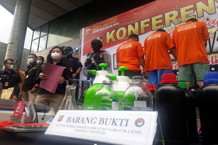 Polresta Bogor Kota menghadirkan tiga orang tersangka dalam kasus pengungkapan pembuatan ganja sintetis atau gorila di salah satu rumah kontrakan di wilayah Ciawi, Kabupaten Bogor, Kamis (29/4/2021)