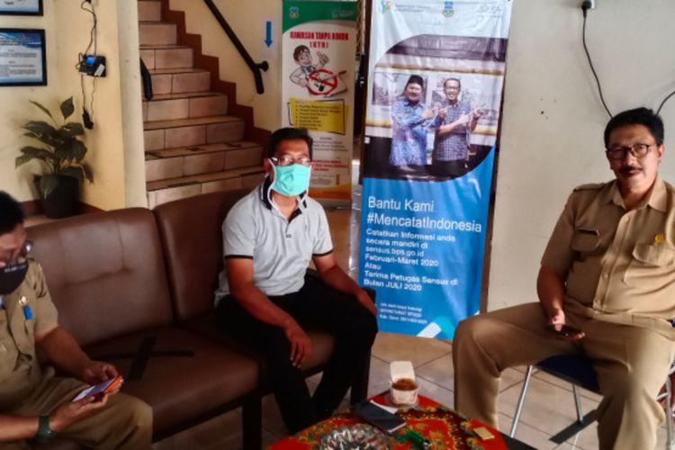 Budi Hermawan dan Sekretaris Diskominfo Kabupaten Garut Diar Cahdiar di kantor Diskoninfo Garut, Senin (20/07/2020)