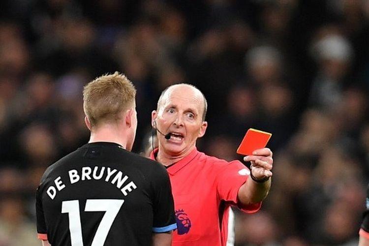 Wasit Liga Inggris, Mike Dean, memberikan kartu merah kepada salah satu pemain Manchester City.