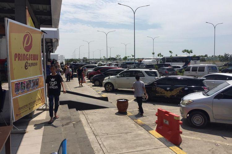 Puluhan mobil berjejer di lokasi parkir Tempat Istirahat KM 294B Tol Pejagan-Pemalang, Minggu (21/4/2019).