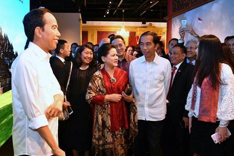 Presiden Joko Widodo didampingi Ibu Negara Iriana Jokowi melihat patung lilin figur dirinya di Museum Madame Tussauds Hongkong, Senin (1/5/2017).