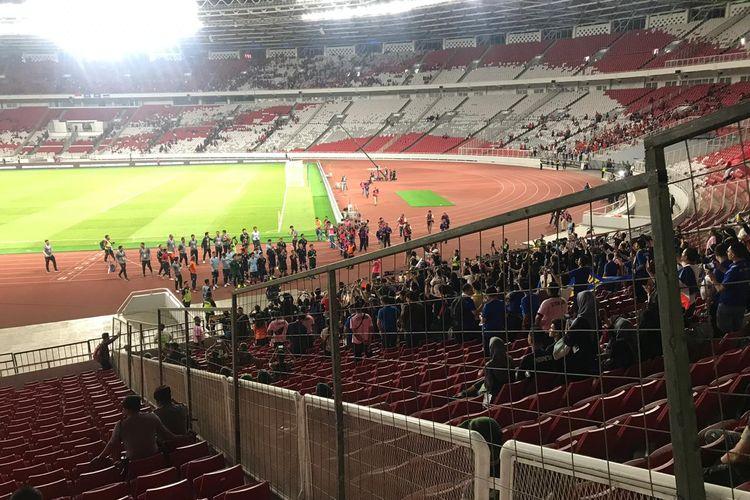 Para pemain timnas Thailand mendatangi suporternya usai laga melawan Indonesia pada pertandingan kedua kualifikasi Piala Dunia 2022 Zona Asia Grup G, di Stadion Utama Gelora Bung Karno, Jakarta, Selasa (10/9/2019).