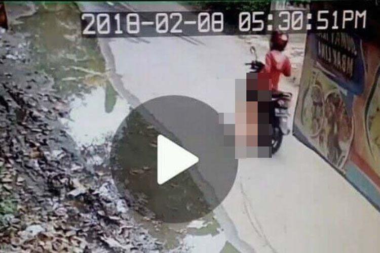 Video seorang ibu menyeret anak perempuan dengan sepeda motor viral di media sosial.
