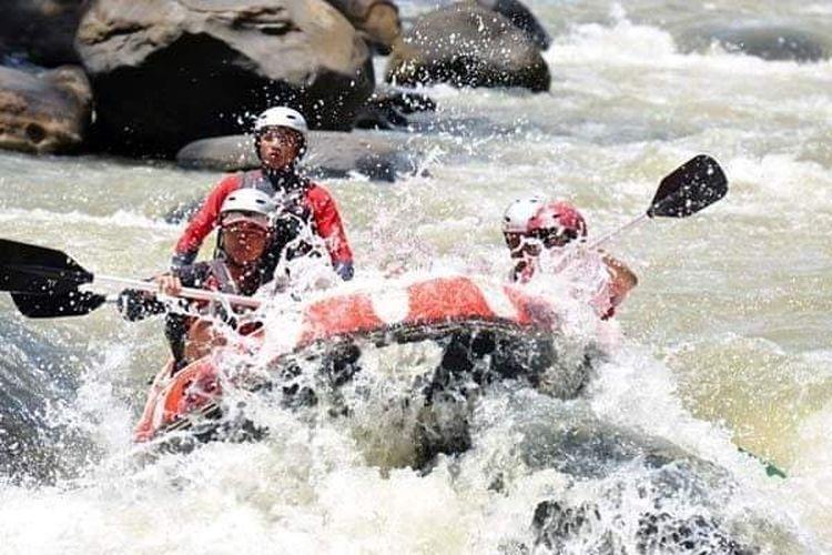 Sejumlah wisatawan menjajal adrenalin dengan mengarungi arus sungai Sedalit di perbatasan RI Malaysia (lumbis)