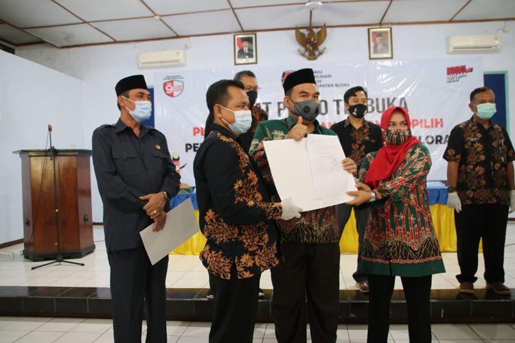 Komisi Pemilihan Umum (KPU) Kabupaten Blora, Jawa Tengah menetapkan pasangan Arief Rohman-Tri Yuli Setyowati (Artys) sebagai calon bupati dan wakil bupati terpilih dalam Pilkada Blora 2020 di aula PKPRI Blora,Kamis (21/1/2021).