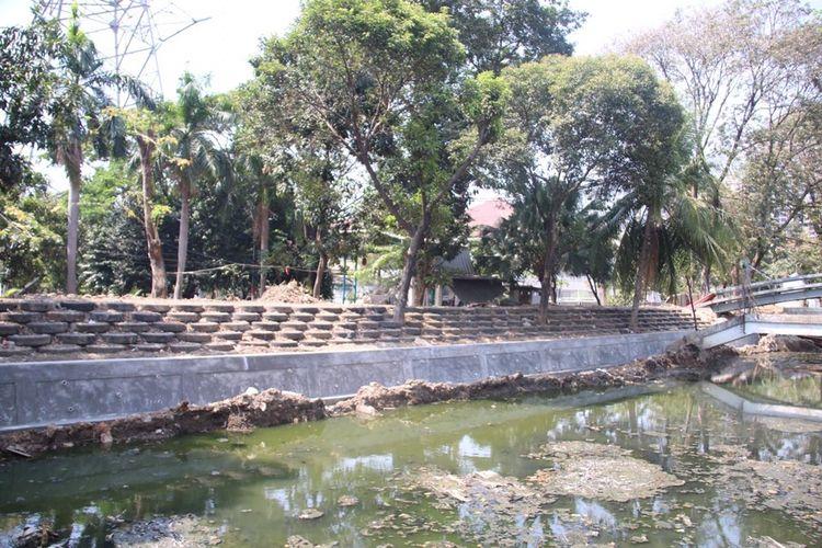 Penggunaan ban bekas untuk normalisasi Kali Karang Bolong