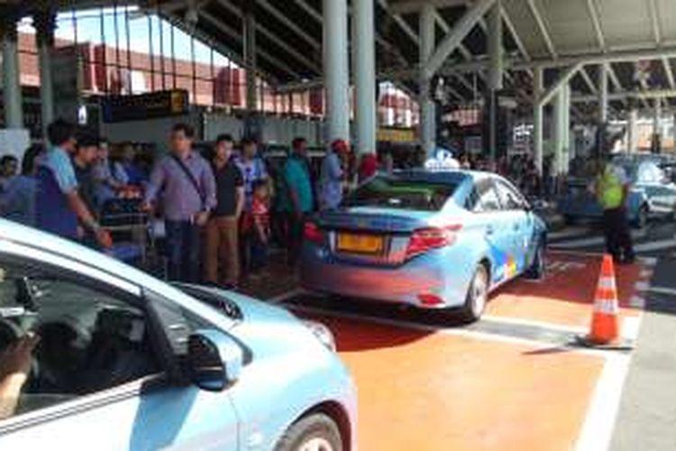 Antrean taksi di Terminal Kedatangan 1A Bandara Soekarno-Hatta, Tangerang, Jumat (6/5/2016). Sistem FIFO (First In First Out) tengah diberlakukan oleh pengelola Bandara Soekarno-Hatta guna memudahkan penumpang untuk berkendara dari bandara menuju tempat lain.