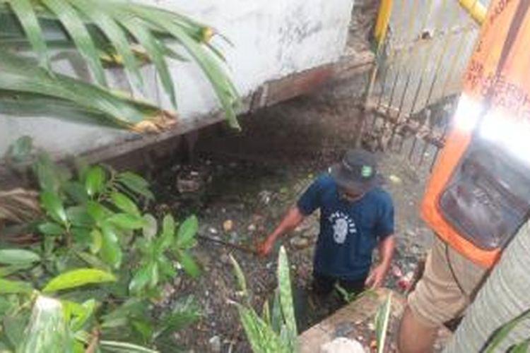 Sejumlah Petugas Penanganan Prasarana dan Sarana Umum (PPSU) Kelurahan Kedoya Utara saat membersihkan saluran air yang ada di kawasan Perumahan Sunrise Garden, Kedoya, Kebon Jeruk, Jakarta Barat, Minggu (27/12/2015)