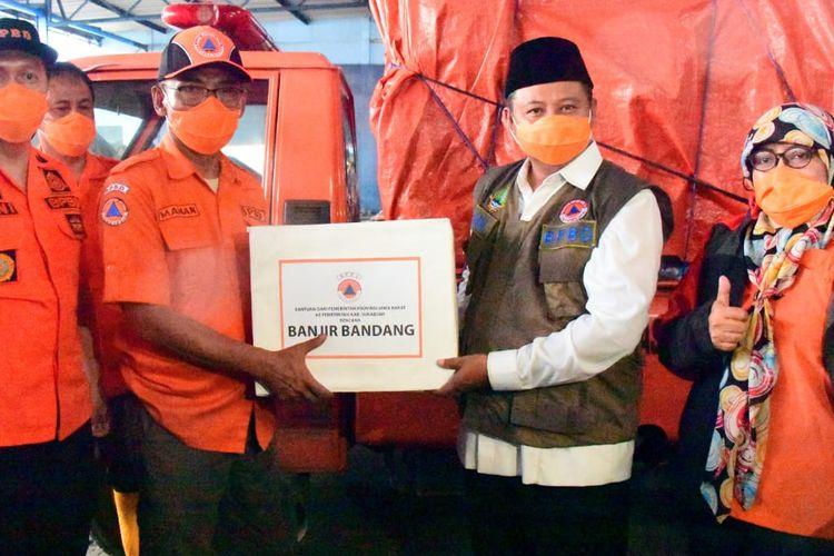 Wakil Gubernur (Wagub) Jawa Barat Uu Ruzhanul Ulum menyerahkan bantuan saat meninjau lokasi banjir bandang di Kecamatan Cicurug, Kabupaten Sukabumi, Selasa (22/9/20).