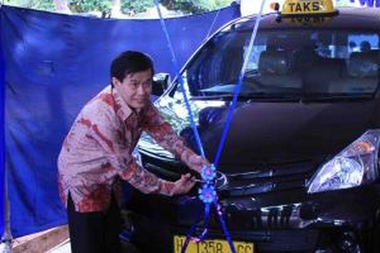 Direktur Operasional Express Group, Herwan Gozali memotong pita untuk meresmikan peluncuran Taksi Express jenis MPV di Semarang, Jawa Tengah, Kamis (24/10/2013).