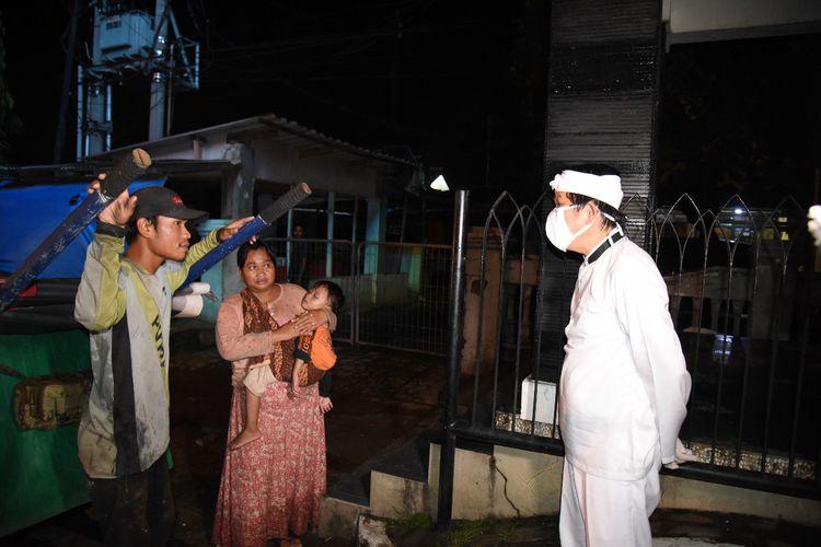 Anggota DPR Dedi Mulyadi saat menemui pemulung yang membawa anak dan istrinya, Minggu (26/4/2020) malam.