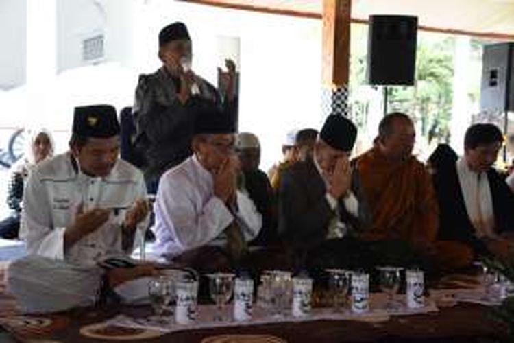 Para tokoh agama memimpin doa bersama untuk Aceh di Purwakarta, Jumat (9/12/2016).
